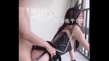 Тайка сбросила перед кавалером белые штаны и занялась с ним порно