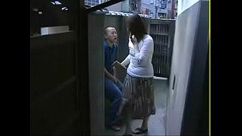 Худенькая китаянка пососала брату мужа и на деревянном полу попрыгала узенькой мохнаткой на его хуе