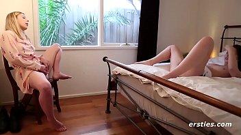 Толстушка записывает штаны и показывает обтянутую цветастыми стрингами огромную анал
