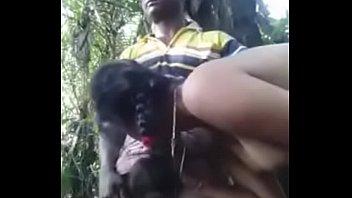 Тонкая девчонка показала натуральные дойки и мокрощелку без белья