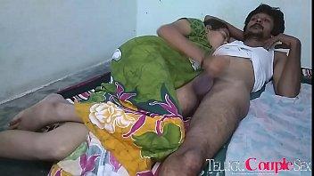 Русская девушка встает в позе раком на дивана и показывает симпатичную анал