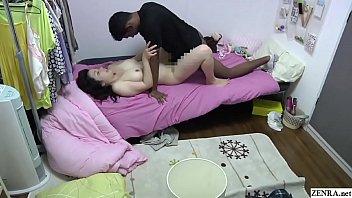 Две худенькие лесбияночки пердолят вагины рукой в ночном ночном клубе