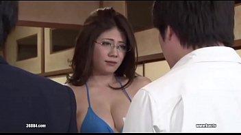 Две горячие малышки ублажают господина хостела в номере