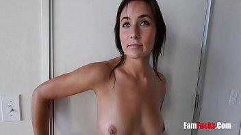Ебари страстно имеют стройненькую девушку с натуральными дойками в две дырки одновременно