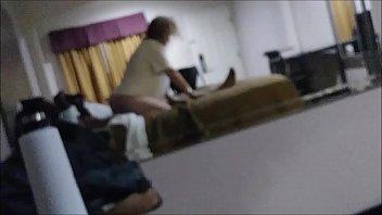 Студенточка в блузе с балахоном стянула труселя в толчке и потрогала вульву