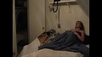 В спальне мужик активно чпокает рачком брюнетку с натуральной дойкой перед камерой