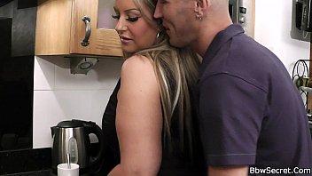 Доктор трахает няшную пациентку в жопу и вынуждает медсестру делать ей ануслинг
