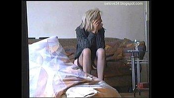 Неугомонная шлюха-блондинка жарко скачет на огромном члене опытного факера