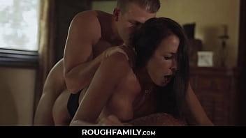 Брюнетка занимается порно с мужчиной лучшей подруги за её спиной