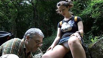 Белокурая дамочка принимает в анальное отверстие член