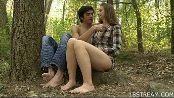 Девчонка 18 лет развлекается своей первой мастурбацией